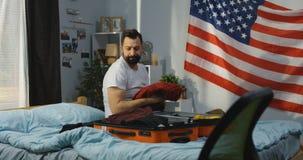 Mann, der in einen Koffer verpackt stock video