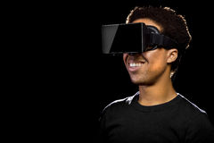 Mann, der einen Kopfhörer der virtuellen Realität trägt Stockbilder