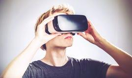 Mann, der einen Kopfhörer der virtuellen Realität verwendet Lizenzfreies Stockbild