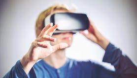 Mann, der einen Kopfhörer der virtuellen Realität verwendet Lizenzfreie Stockfotos