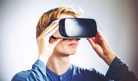 Mann, der einen Kopfhörer der virtuellen Realität verwendet Stockfotos