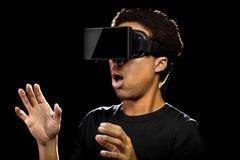 Mann, der einen Kopfhörer der virtuellen Realität trägt Stockfotografie