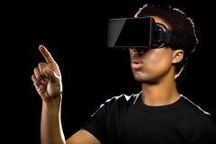 Mann, der einen Kopfhörer der virtuellen Realität trägt Stockfotos
