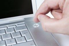 Mann, der einen Laptop einschält Lizenzfreie Stockbilder