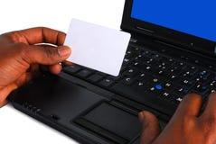 Mann, der einen Laptop verwendet Stockbild