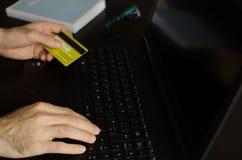Mann, der einen on-line-Kauf abschließt Stockbild
