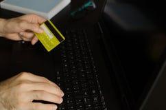 Mann, der einen on-line-Kauf abschließt Lizenzfreies Stockbild