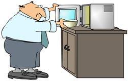 Mann, der einen Mikrowellenherd verwendet Stockbild