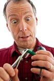 Mann, der einen Stecker PS2 mit Zangen klemmt stockfoto