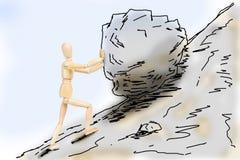 Mann, der einen Stein bis zum Berghang drückt Stockfoto