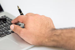 Mann, der einen Stift 2 hält Lizenzfreie Stockbilder