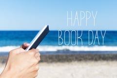 Mann, der einen Tag des Buches und glücklichen des Buches des Textes liest stockfotografie