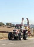 Mann, der einen Traktor antreibt Stockbilder