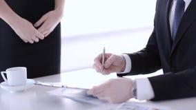 Mann, der einen Vertrag unterzeichnet stock footage