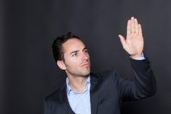 Mann, der einen virtuellen Schirm drückt Lizenzfreies Stockbild