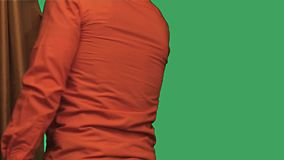 Mann, der einen Vorhangzeitlupe-Grünschirm schließt stock video footage