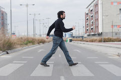 Mann, der einen Zebrastreifen durchläuft lizenzfreie stockfotografie