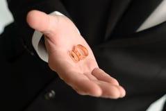 Mann, der einer Hochzeit goldene Ringe gibt Lizenzfreies Stockbild
