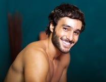 Mann, der in einer Sauna sich entspannt Lizenzfreies Stockfoto