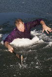Mann in der Eislochaxt intensiv Lizenzfreies Stockfoto