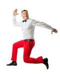 Mann in der eleganten Kleidung, die oben springt Lizenzfreie Stockfotos