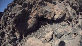 Mann, der enorme Felsen filmt stock video