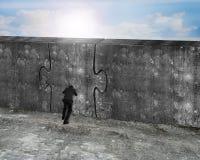 Mann, der enorme Puzzlespieltür der Betonmauer drückt Lizenzfreie Stockfotografie