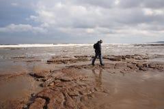 Mann, der entlang Scarborough-Strand geht Stockbild