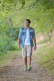 Mann, der entlang Weg in der Landschaft geht Lizenzfreie Stockbilder