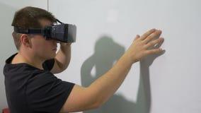 Mann, der entscheidendes VR-Gerät berührt ein wechselwirkendes whiteboard verwendet stock video footage