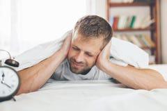 Mann, der es schwierig, morgens aufzuwachen findet lizenzfreie stockfotos