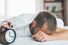 Mann, der es schwierig, morgens aufzuwachen findet lizenzfreies stockfoto