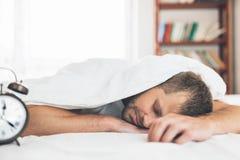 Mann, der es schwierig, morgens aufzuwachen findet stockfoto