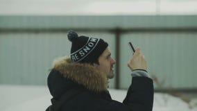 Mann, der etwas auf Smartphone fotografiert stock video footage