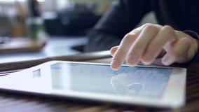 Mann, der für Tablet-PC arbeitet stock footage