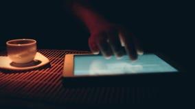 Mann, der für Tablet-PC arbeitet stock video footage