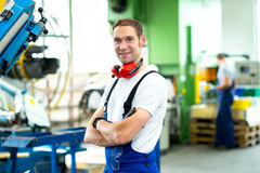 Mann in der Fabrik Stockbilder