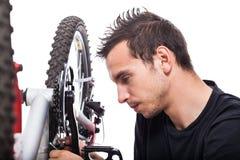 Mann, der Fahrrad repariert Stockbilder