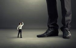Mann, der Faust zu seinem großen Chef zeigt Lizenzfreies Stockfoto