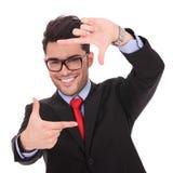 Mann, der Feld mit den Fingern macht lizenzfreie stockfotos