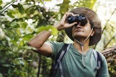 Mann, der Ferngläser während Trekking verwendet stockfotos