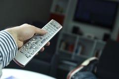 Mann, der Fernsieht stockbilder