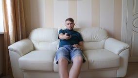 Mann, der Fernsieht stock footage