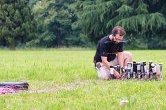 Mann, der Feuerwerke installiert Stockfotos