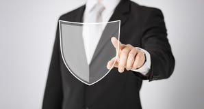 Mann, der Finger auf Antivirusprogrammikone zeigt Lizenzfreie Stockfotografie