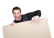 Mann, der Finger auf leeres Plakat zeigt Lizenzfreies Stockbild
