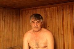 Mann in der finnischen Sauna lizenzfreie stockbilder