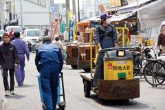 Mann, der Fische an Tsukiji-Markt transportiert Stockbilder