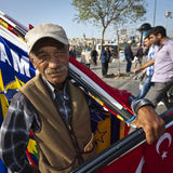 Mann, der Flaggen nahe Istanbul-Gewürz-Markt verkauft Stockfotos