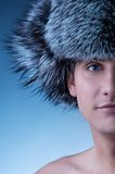 Mann, der flaumigen Hut trägt Stockfotografie